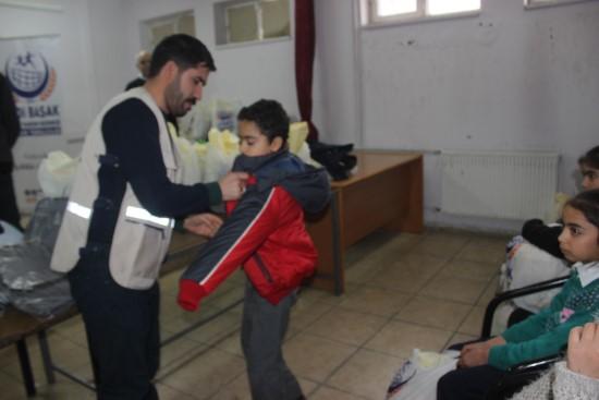 Siverek'te ihtiyaç sahibi öğrencilere giysi yardımı