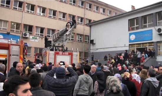 Yangında mahsur kalan öğrenciler pencereden kurtarıldı