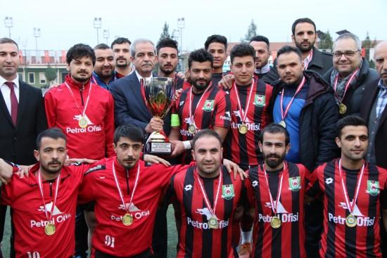 1. Amatör ligi şampiyonu kupasını aldı