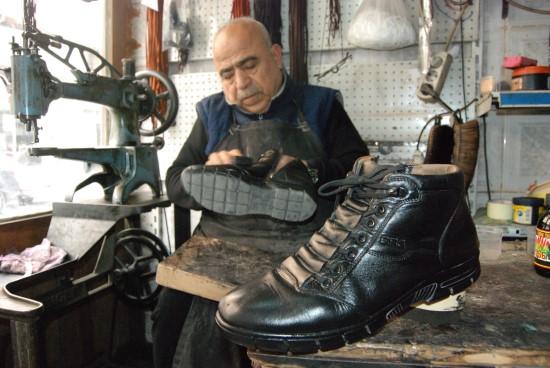64 yıldır 6 metrekarelik dükkanda ayakkabı tamirciliği yapıyor