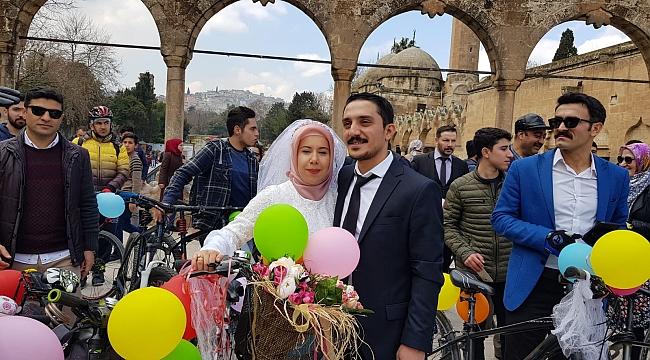 Bisikleti düğün aracı yaptılar