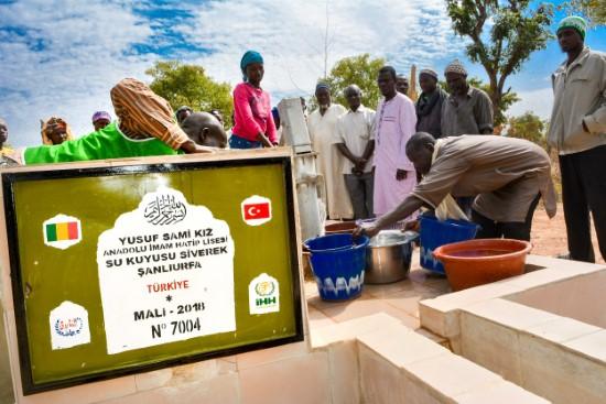 İmam hatip öğrencileri Afrika'da su kuyusu açtı