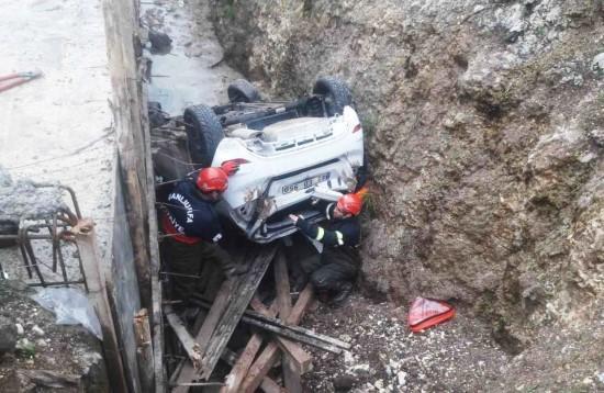 Otomobil kanal inşaatına devrildi