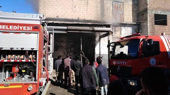 Şanlıurfa'da bir iş yerinde çıkan yangın kontrol altına alındı(Video)