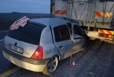 Şanlıurfa'da otomobil tır dorsesinin altına girdi