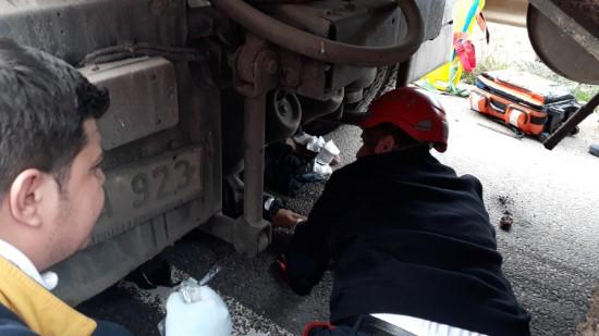 Tırın altından yaralı kurtarılan sürücü hastanede öldü (Video)