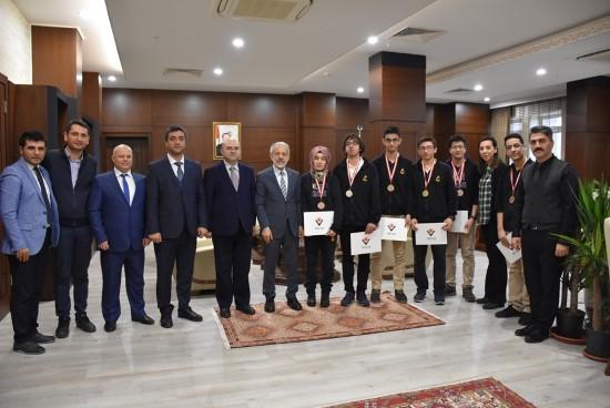 TÜBİTAK bilim ödülü alan öğrencilerden Rektör Çelik'e ziyaret