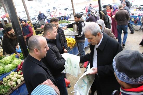 Demirkol, vatandaşlara bez çanta dağıttı