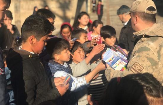 Jandarma Suriye sınırındaki Özbek çocuklara oyuncak hediye etti