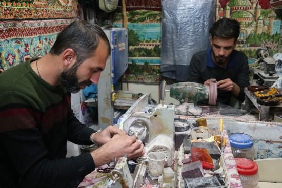 Değerli taşlar tespih hastanesinde sanata dönüşüyor
