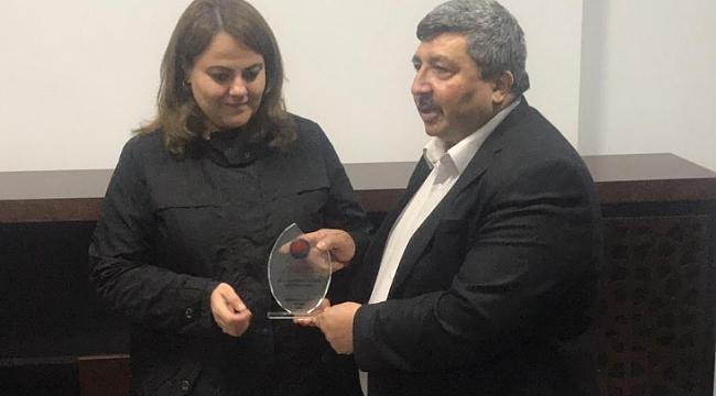 Didem Açar'a medyaya verdiği destek nedeni ile plaket verildi