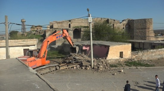 Kümbet evlerinin çevresindeki beton yapılar yıkıldı