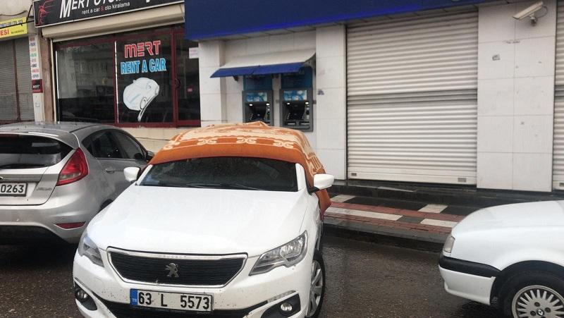 Sürücüler doludan korunmak için kaldırıma park etti