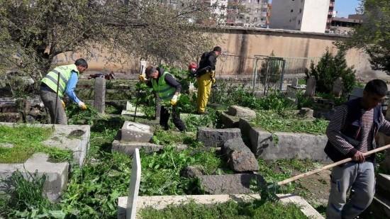 Viranşehir'de mezarlıklarda bahar temizliği