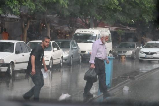 Vatandaşlar yağmura hazırlıksız yakalandı