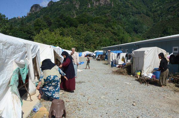 Güneydoğu illerinden Ordu'ya giden işçiler çadırlarını kuruyor