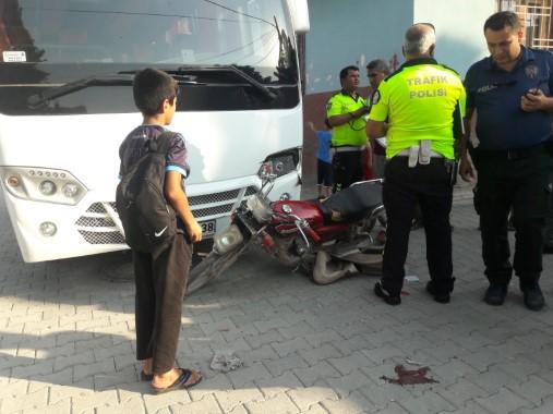 Otobüsün çarptığı motosikletli yaralandı