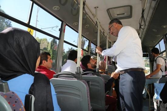 Saha gezilerine halk otobüsüyle gitti