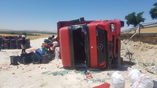 Şanlıurfa'da domates yüklü kamyon devrildi: 1 yaralı