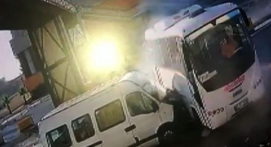4 kişinin yaralandığı kaza güvenlik kamerasında