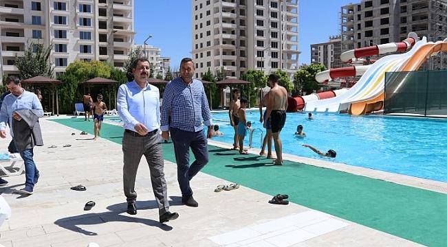 Baydilli gençleri serinlemeleri için havuza davet etti(Video)