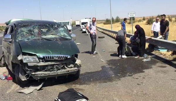 Mültecileri taşıyan minibüs devrildi: 10 yaralı
