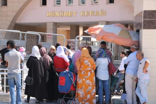 Suriyeliler valilik binasına akın etti