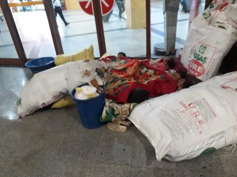 Urfalı aile çocuklarıyla birlikte otobüs peronunda yorgan döşek uyudu