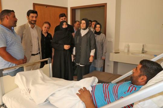 Ak kadınlardan yaralı vatandaşlara geçmiş olsun ziyareti.