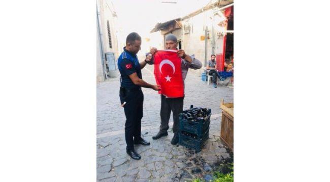 Eyyübiye belediyesi, Mehmetçiğe destek için türk bayrağı dağıttı.