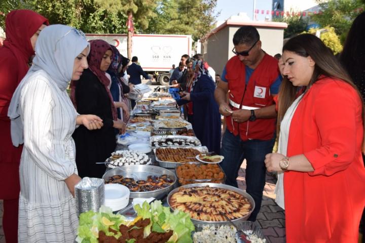 Gönül elçisi kadınlardan Ceylanpınar'dan Viranşehir'e gelen vatandaşlar yararına kermes