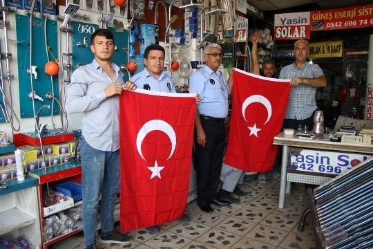 Haliliye belediyesinden vatandaşlara Türk Bayrağı