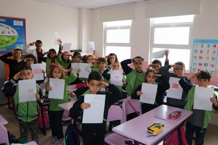 Öğrencilerden Mehmetçiklere duygu dolu mektup