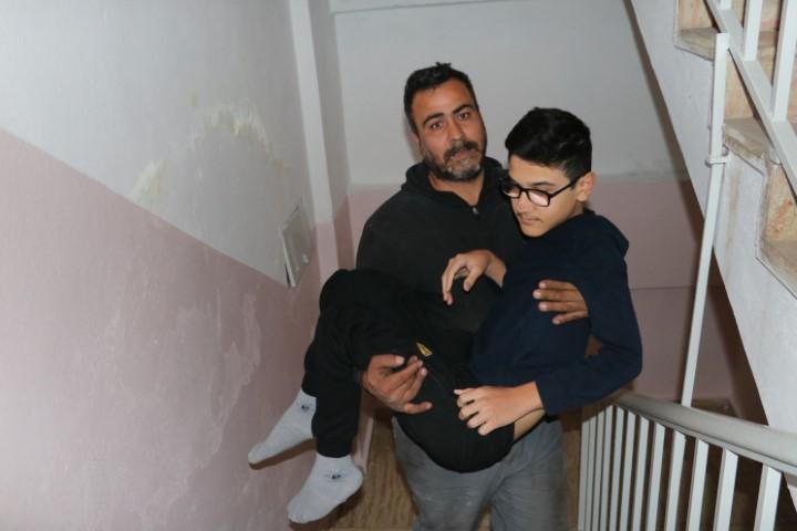 Engelli çocuğa asansör engelli