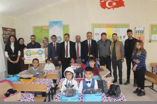 Gönüllüler Suriye sınırındaki köy okuluna mutluluk taşıdı