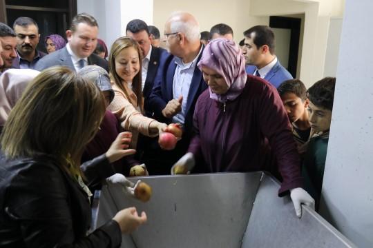 Oğuzeli'nde Nar taneleme ile sıkma tesisi açıldı
