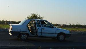 Otomobille taşınan sac levha trafiği tehlikeye soktu
