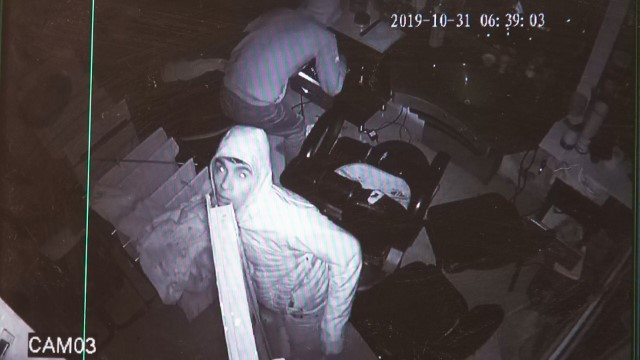 Şanlıurfa'da berber dükkanından hırsızlık anı kemerada
