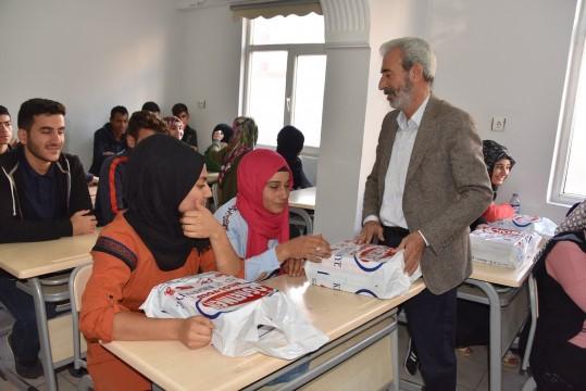 Üniversite sınavlarına hazırlanan öğrencilere kitap desteği