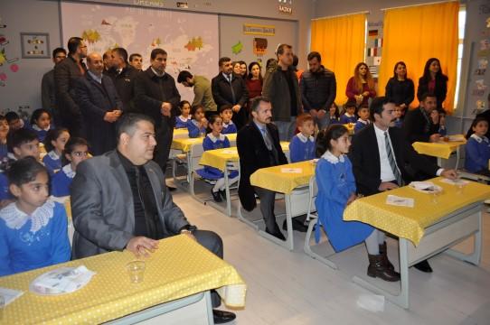 Fedakar öğretmenler kolejleri aratmayan İngilizce sınıfı kurdu