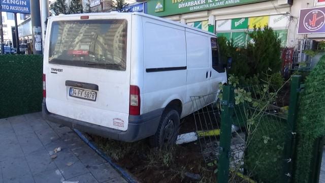 Hızını alamayan minibüs önce kaldırımda yürüyenlere çarptı, ardından özel kursun bahçesine girdi
