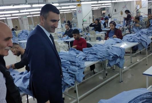 Kaymakam Çelikkaya tekstil fabrikasını ziyaret etti