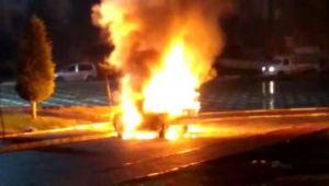 Şanlıurfa'da park halindeki araç alev topuna döndü