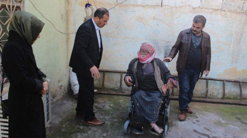 Bedensel engelli yaşlı adamın akülü sandalye sevinci