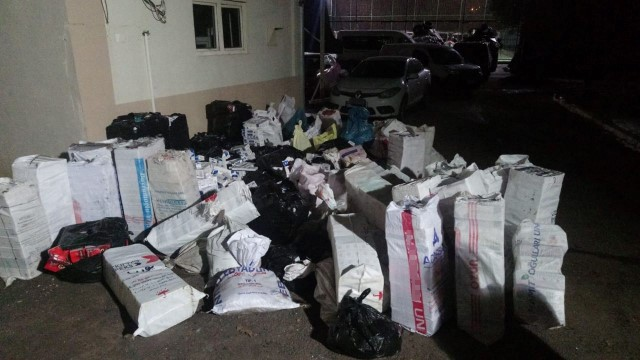 Fıstık çuvalları arasındaki binlerce paket kaçak sigara ile tütün ele geçirildi
