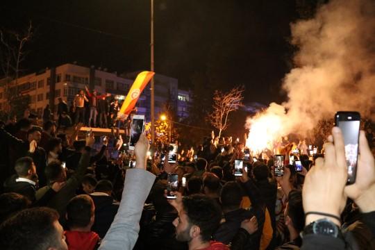 Şanlıurfalılar Galatasaray galibiyetini davul-zurna ile kutladı