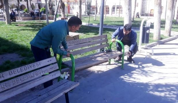 Viranşehir Belediyesi oturma banklarını kaldırdı