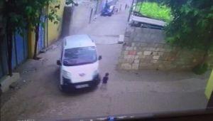 2 yaşındaki çocuğun araç altında kaldığı anlar güvenlik kamerasında