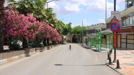 Binlerce kişinin alışveriş yaptığı sokaklar boş kaldı