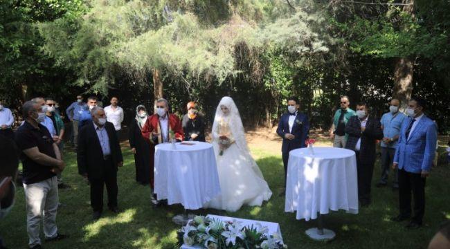 Deveci ve Karcı çiftinin nikahı sosyal mesafeli ve maskeli kıyıldı